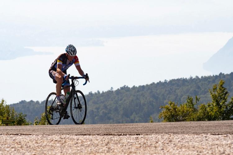 Un cycliste en train de gravir le Grand Colombier Ain